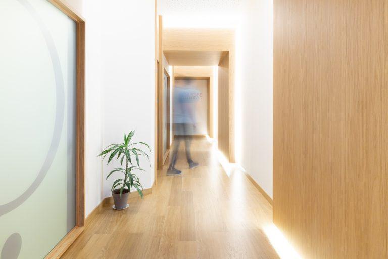 pasillo-interior-clinica-fisioterapia-korpore -s2-2